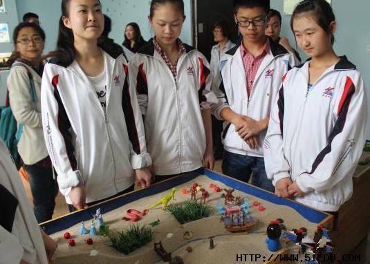 成都华阳中学学生在心理健康教育活动室进行沙盘心理游戏