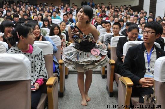 山西大学举办环保服装秀:废品制作成时装