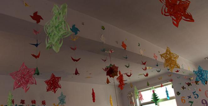 16年元旦教室吊件布置图片
