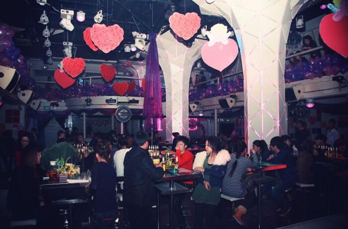 最新酒吧情人节场景布置参考