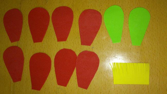 准备材料: 1,彩色海绵纸,剪刀,双面胶,彩笔 2,剪花瓣(8瓣),剪花心