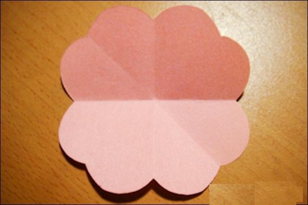 马上就要到三八妇女节了,下文为大家分享三八妇女节手工贺卡制作步骤,接下来让我们一起来看看吧~  不止妇女节其他节日也可以送给心爱的人一张独一无二的卡片, 就自己动手制作这个简单又特别的立体卡片吧! 手工立体贺卡所需材料:小张的色纸、卡纸、胶水、剪刀。  先将正方型的色纸沿对角线对折再打开;  然后将色纸对折再对折;  在其中一面画上爱心剪开;  剪完后会像上图一样;  打开后会是花的形状; 将一开始对角线折出的凹痕往里面折, 整理出像上图一样外面看来是爱心形状但打开是一朵花;  可以贴在卡片外面; 也可以