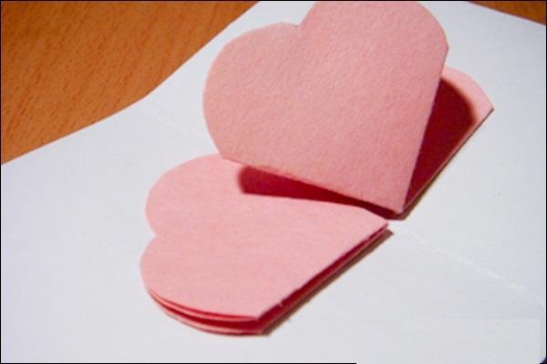 摘要内容 马上就要到三八妇女节了,下文为大家分享三八妇女节手工贺卡制作步骤,接下来让我们一起来看看吧~  不止妇女节其他节日也可以送给心爱的人一张独一无二的卡片, 就自己动手制作这个简单又特别的立体卡片吧! 手工立体贺卡所需材料:小张的色纸、卡纸、胶水、剪刀。  先将正方型的色纸沿对角线对折再打开;  然后将色纸对折再对折;  在其中一面画上爱心剪开;  剪完后会像上图一样;  打开后会是花的形状; 将一开始对角线折出的凹痕往里面折, 整理出像上图一样外面看来是爱心形状但打开是一朵花;  可以贴在卡片外面